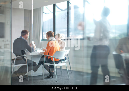 Children at conference table Banque D'Images