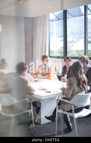 Réunion d'affaires autour d'une table de conférence Banque D'Images