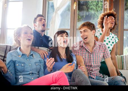 Cinq amis regarder la télévision Banque D'Images