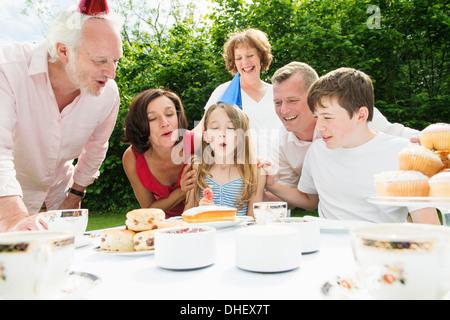Célébrer l'anniversaire de la fille de la famille Banque D'Images