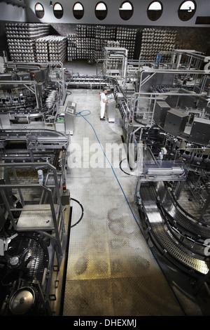 Des machines et des travailleurs dans une brasserie Banque D'Images