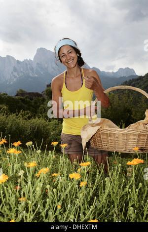 Femme avec panier Banque D'Images