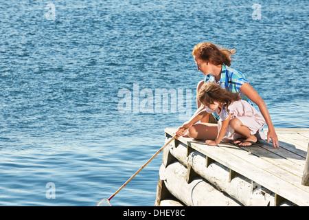Mère et fille avec filet de pêche, Utvalnas, Gavle, Suède Banque D'Images