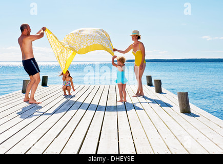 Les parents et les deux jeunes filles jouant sur pier, Utvalnas, Gavle, Suède Banque D'Images