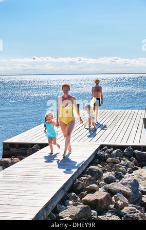 Les parents et les deux jeunes filles, le pier, Utvalnas, Gavle, Suède Banque D'Images
