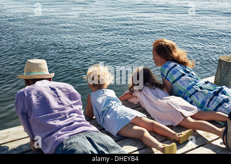 Les parents et les filles se trouvant sur pier, Utvalnas, Gavle, Suède Banque D'Images