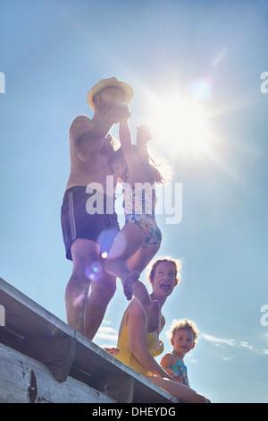 Jeune famille jouant sur pier, Utvalnas, Gavle, Suède Banque D'Images