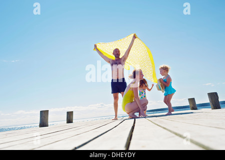 Jeune famille sur pier, Utvalnas, Gavle, Suède Banque D'Images