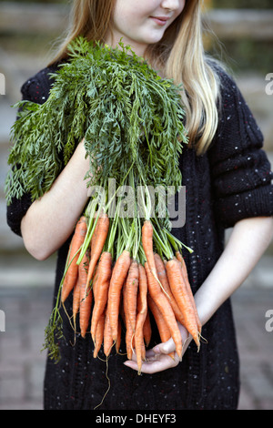 Close up of Girl with bunch of carrots Banque D'Images