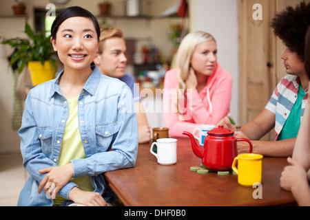 Groupe de jeunes amis adultes autour d'une table de cuisine Banque D'Images
