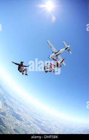 Les Parachutistes en chute libre au-dessus de Leutkirch, Bavaria, Germany Banque D'Images
