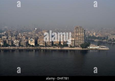 Vue aérienne des immeubles d'appartements en bord de mer à Zamalek sur l'île de Gezira depuis la rive droite du Nil au Caire, en Égypte.