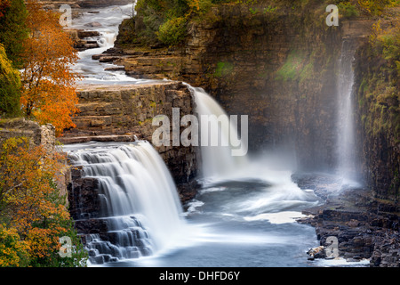 La Ausable Chasm Cascade au sommet de l'automne les couleurs Banque D'Images