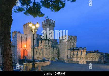 Sirmione est une commune française, située au bord du lac de Garda, dans la province de Brescia dans la Région Lombardie, dans le nord de l'Italie