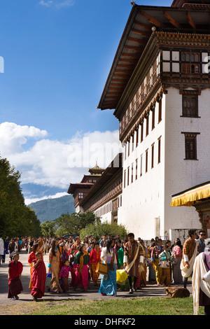 Le Bhoutan, Thimphu Dzong, Tsechu annuel, festivaliers entrant Dzong du festival Banque D'Images