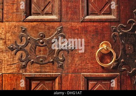 Libre de la vieille porte en bois ouvragé avec une poignée de porte d'or à Alba, Italie. Banque D'Images