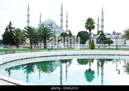Mosquée bleue reflétée sur l'extérieure, Istanbul, Turquie Banque D'Images