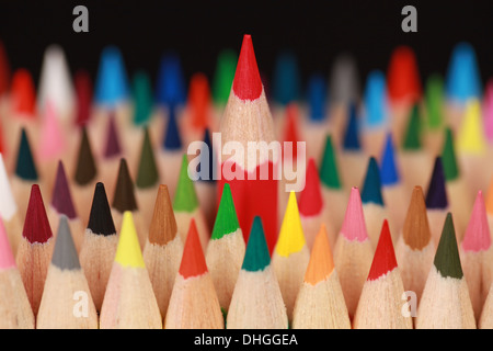 Concept photo crayon rouge se démarquer de la foule Banque D'Images