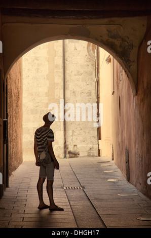 L'homme en bandes en Permanent Arqua Lane Banque D'Images