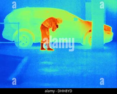 Photographie thermique d'un cambrioleur par effraction dans une voiture Banque D'Images