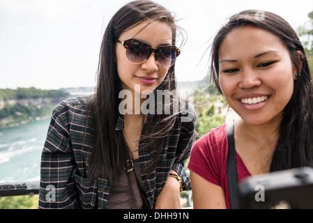 Young women taking self portrait photographique à Niagara Falls Banque D'Images