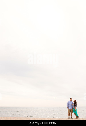 Jeune couple standing on beach Banque D'Images