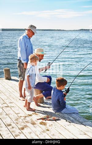 Les garçons avec grand-père et de la pêche, Utvalnas, Suède Banque D'Images