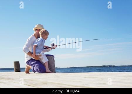 Père et fils pêche, Utvalnas, Suède Banque D'Images