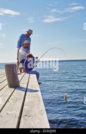 Garçon avec grand-père et de la pêche, Utvalnas, Suède Banque D'Images