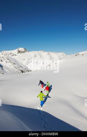 Amis marchant dans la neige, Kuhtai, Autriche Banque D'Images