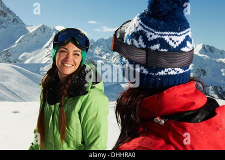 Deux femmes portant des chapeaux tricotés dans la neige, Kuhtai, Autriche Banque D'Images