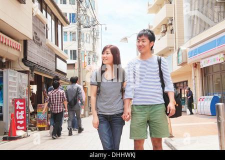 Young couple holding hands walking grâce à Kamakura, Japon