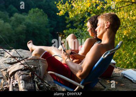 Young couple relaxing on rock ledge, Hamburg, New York, USA Banque D'Images