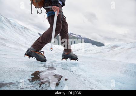 Jeune homme marche sur Mendenhall Glacier, Alaska, USA Banque D'Images