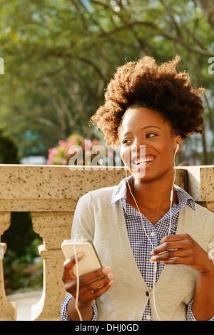 Woman enjoying chat sur téléphone mobile Banque D'Images