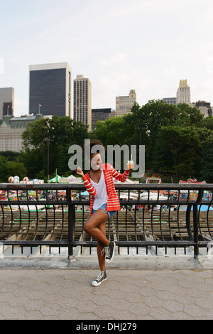 Femme dansant dans le passage libre Banque D'Images