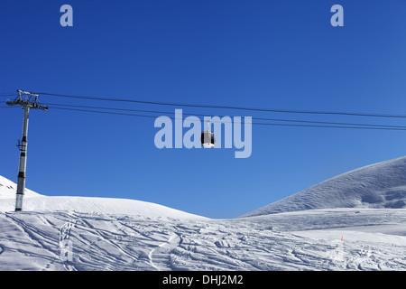 Télécabine et pente hors piste à nice 24. Montagnes du Caucase, la Géorgie, ski de Gudauri. Banque D'Images