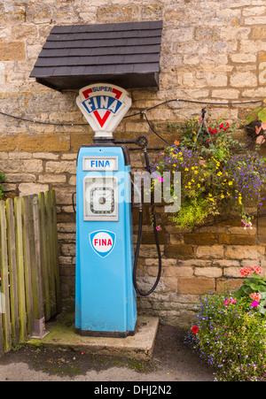 Pompe à essence de la Fina de 1950 à Plough Inn près de Stanway dans les Cotswolds, Royaume-Uni Banque D'Images