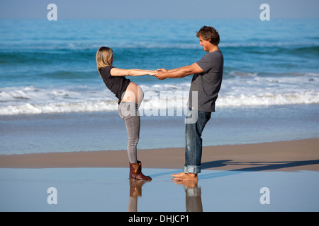 Man holding pregnant Girlfriend's hands Banque D'Images