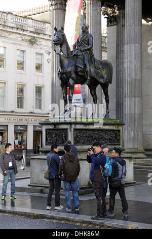 Royal Exchange Square / Queen Street, Glasgow, Écosse, Royaume-Uni, mardi 12 novembre 2013. Le conseil de district de Glasgow a renversé la décision de soulever la plinthe portant la statue du duc de Wellington pour essayer d'empêcher quiconque de placer un cône de circulation sur sa tête