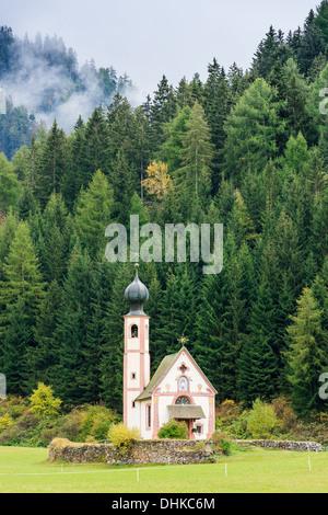 (San Giovanni en italien) chapelle en Val di Funes dans les Dolomites en Italie du nord Banque D'Images