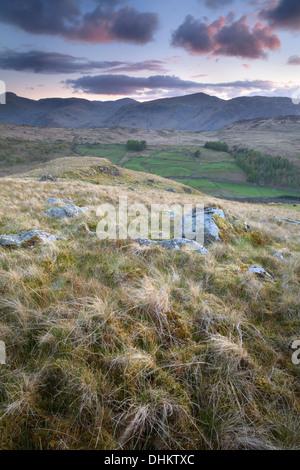 Après le coucher du soleil sur les montagnes de Derwent, nuages rose éclairait le ciel de Watendlath Fells, Cumbria, Banque D'Images