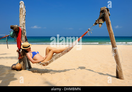 Woman in hammock on beach Banque D'Images