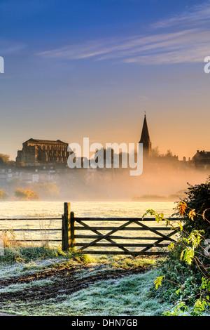 Le lever du soleil sur la ville de Malmesbury Wiltshire allume le premier gel au début de novembre. Banque D'Images