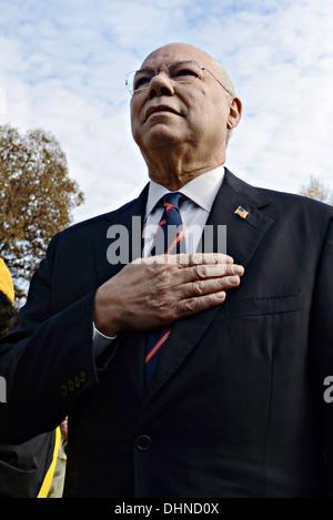 Ancien secrétaire de l'État, le général Colin Powell est synonyme de l'engagement qu'il regarde vers le Vietnam Veterans Memorial Wall lors de célébrations de la Journée des anciens combattants, le 11 novembre 2013 à Washington, DC. Des milliers de personnes rassemblées au mur pour un événement Journée des anciens combattants de se souvenir de ceux qui sont morts dans le conflit et d'honorer tous ceux qui ont servi.