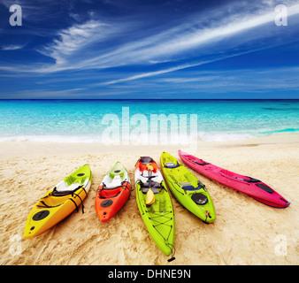 Kayaks colorés sur le tropical beach, Thaïlande