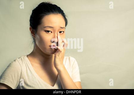 Portrait de jeune femme en pleurant désespérément, avec ton mode et l'arrière-plan Banque D'Images