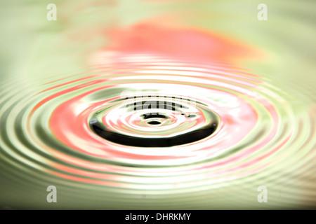Images gros plan arrière-plan coloré de gouttes d'eau et belle forme en bassin. Banque D'Images