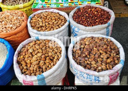Marché de fruits secs à Lhassa au Tibet Banque D'Images