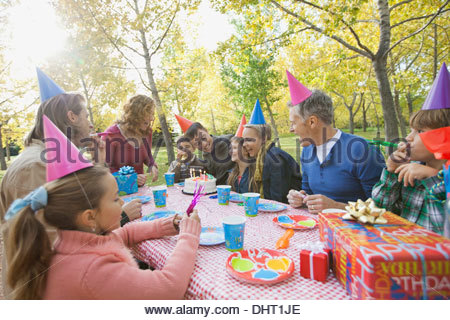 Multi-generation family celebrating girls birthday in park Banque D'Images